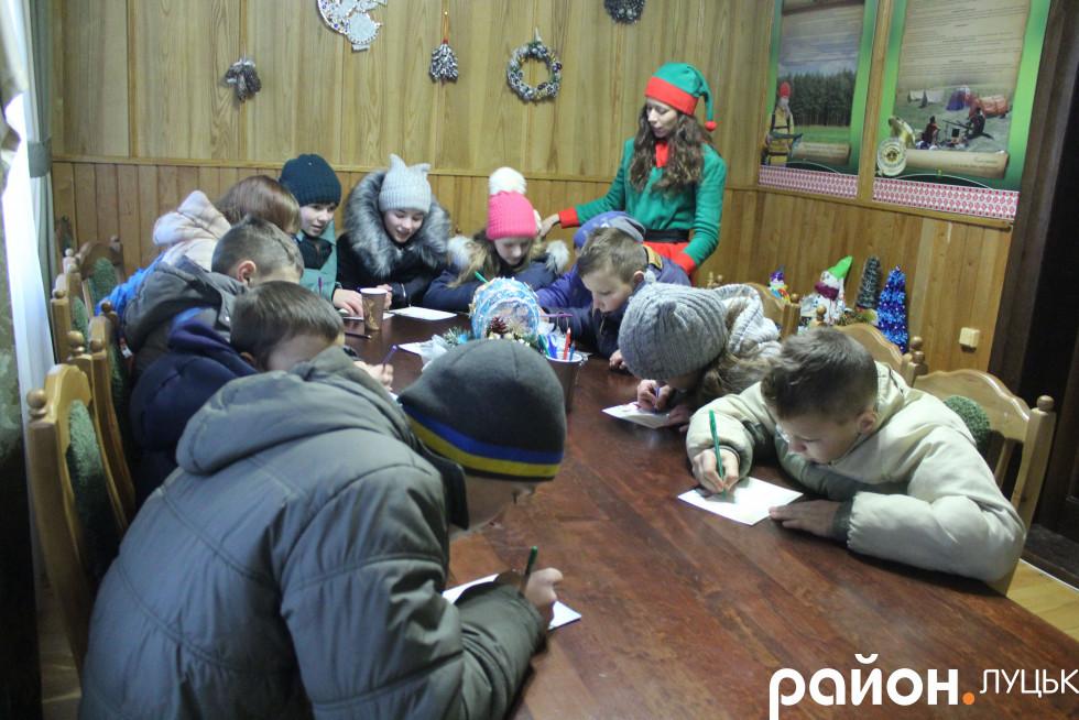Діти пишуть листа Санті