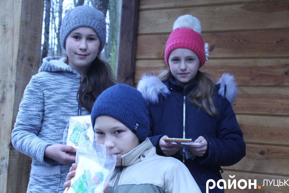 Діти з розмальованим власними руками печивом