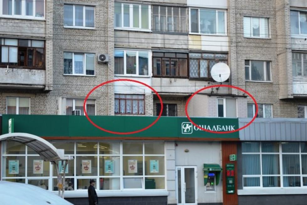 Цей простір під балконами замурували, як видно, не лише над медичним центром, а й мешканці інших під'їздів