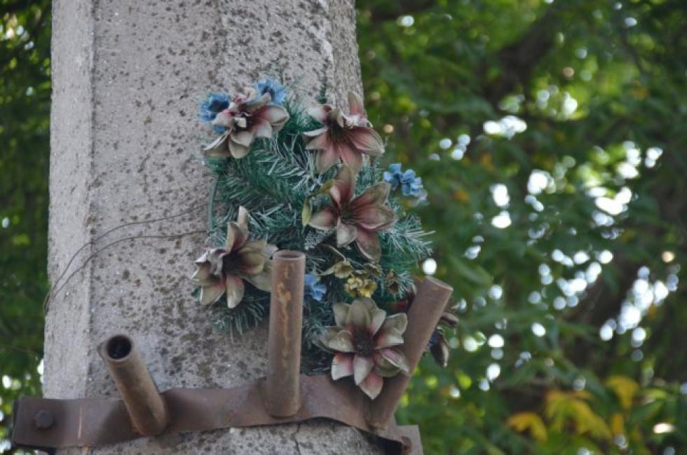 Уже понад 15 років ці штучні квіти нагадують про смертельну ДТП