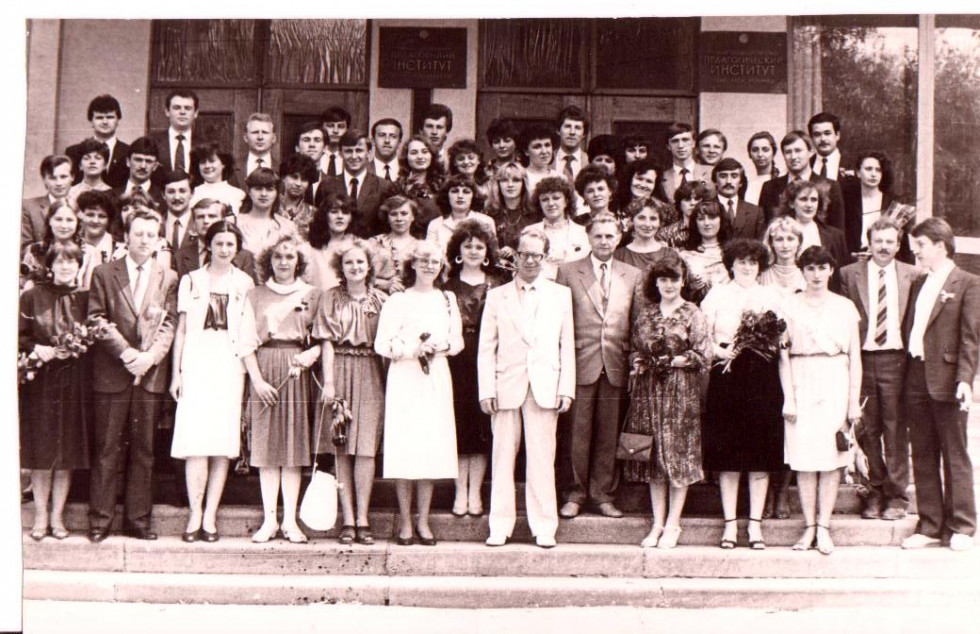 Куратор групи Геннадій Бондаренко разом з студентами істориками ЛДПІ на останньому дзвонику, 24 травня 1986 року.