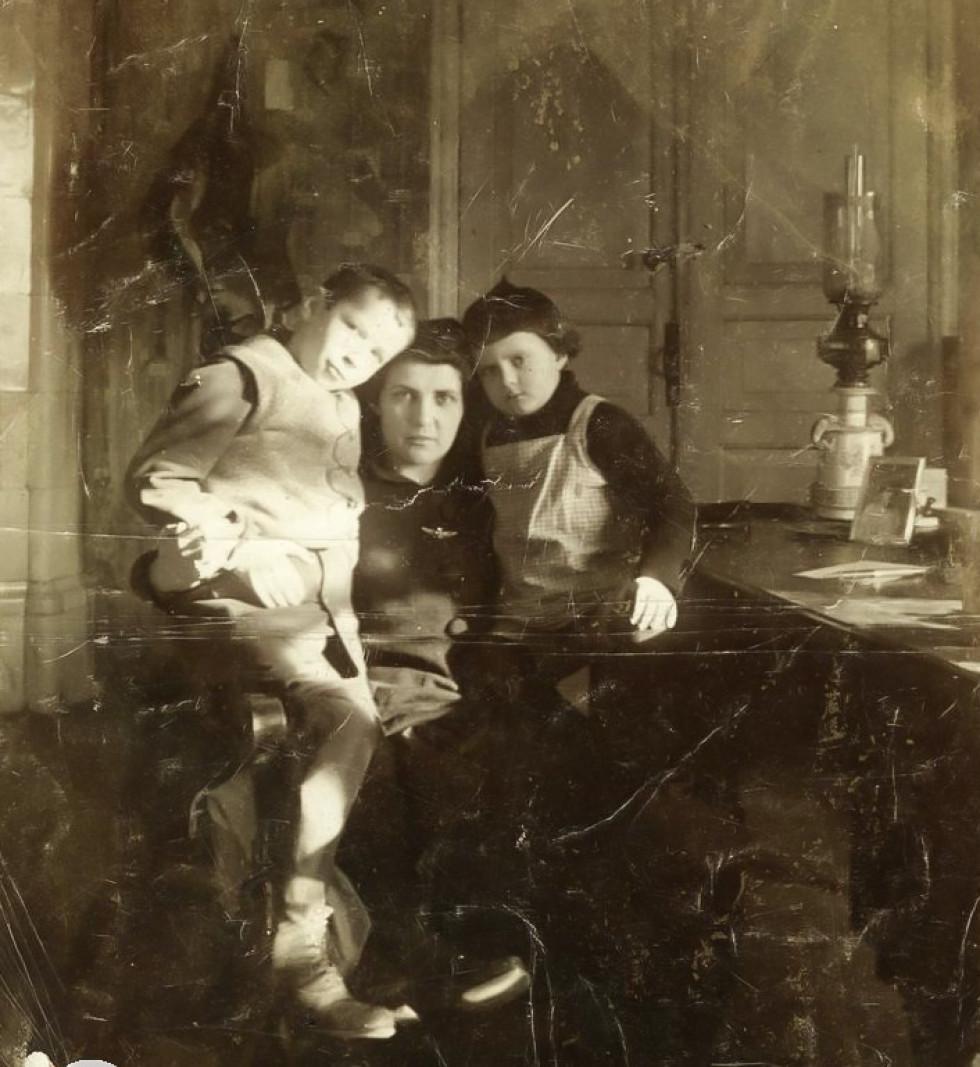 Матір з дітьми, Волинська губернія, 1910-ті роки.