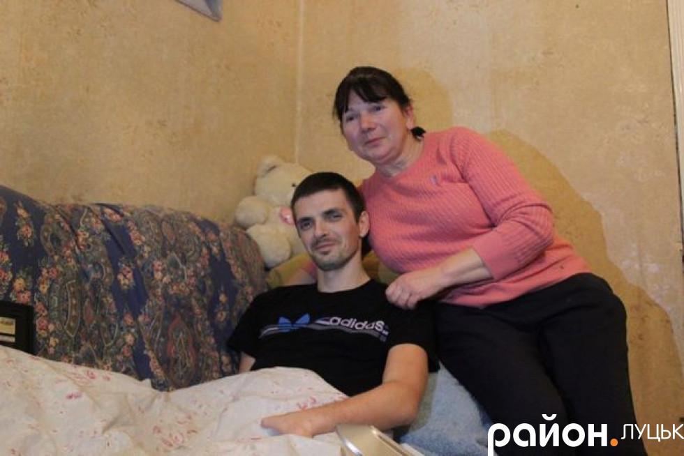 Максим зараз живе з батьками
