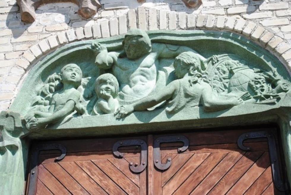 Скульптури над воротами