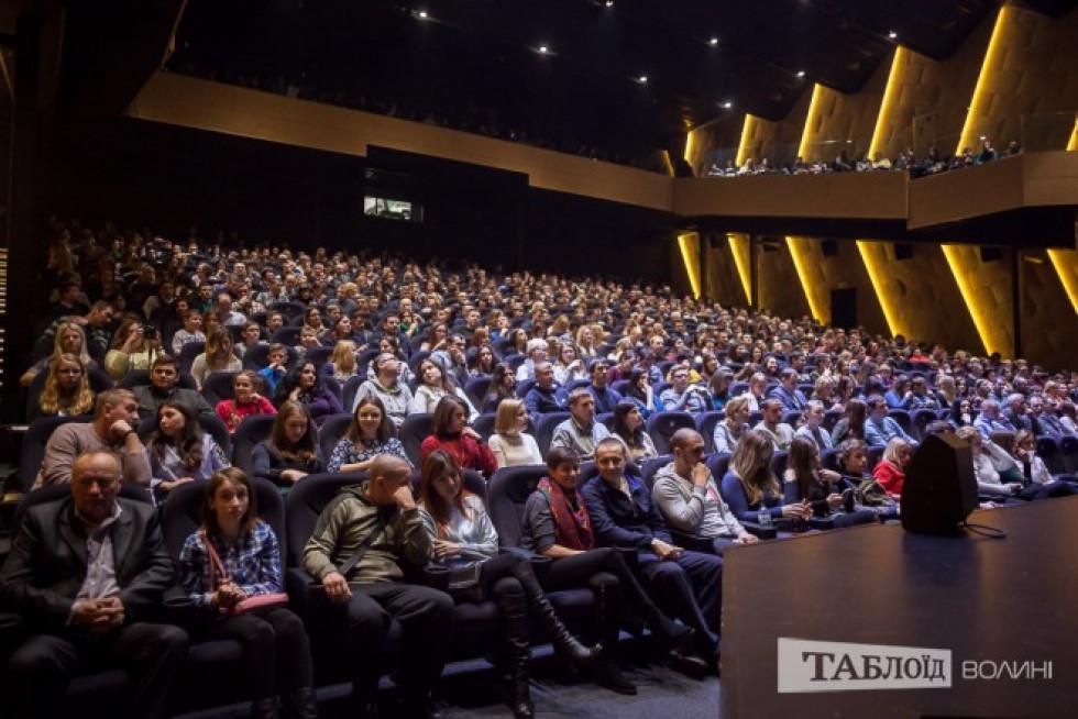 Повний зал глядачів на зустрічі з Дмитром Комаровим