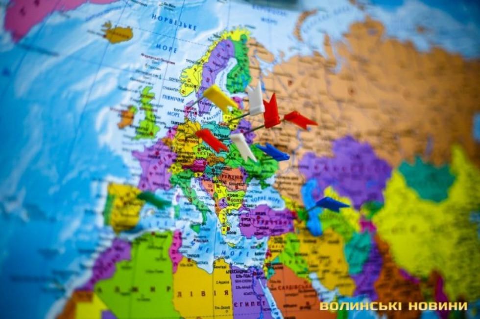Карта з відміченими країнами, куди відправили вироби майстра