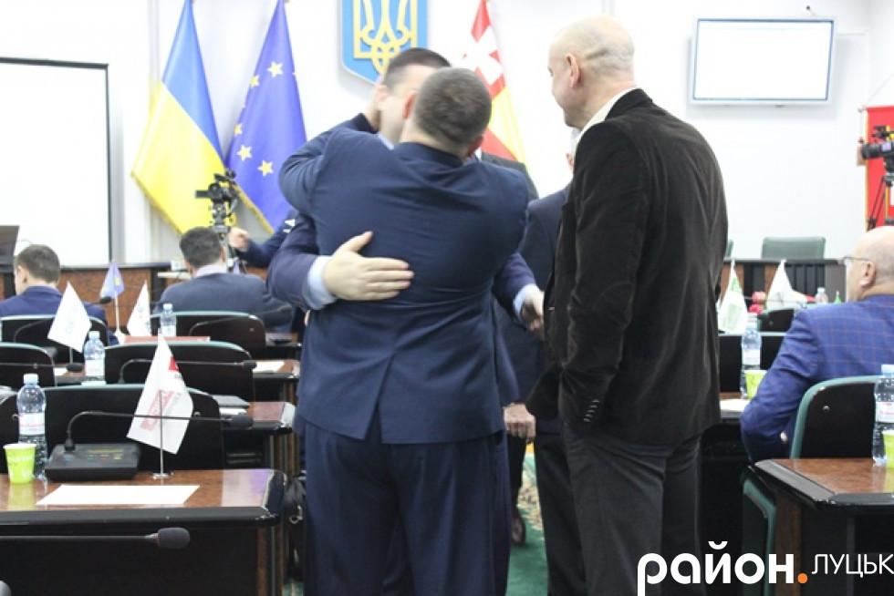 Козлюк цілує Петрочука. Давно не бачились, мабуть.