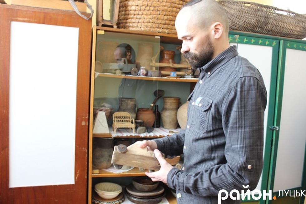 Андрій показує колекцію стародавніх іграшок