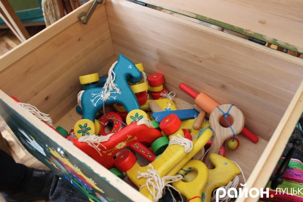 Тепер у ній зберігають розписані іграшки
