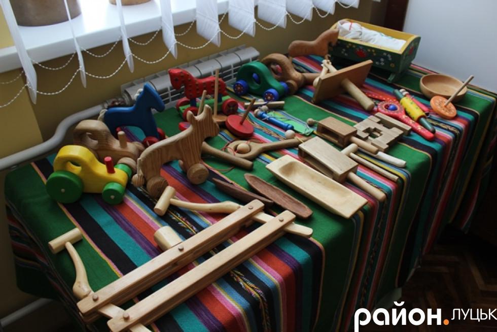 Нині Андрій відродив близько 40 видів традиційної української дерев'яної іграшки