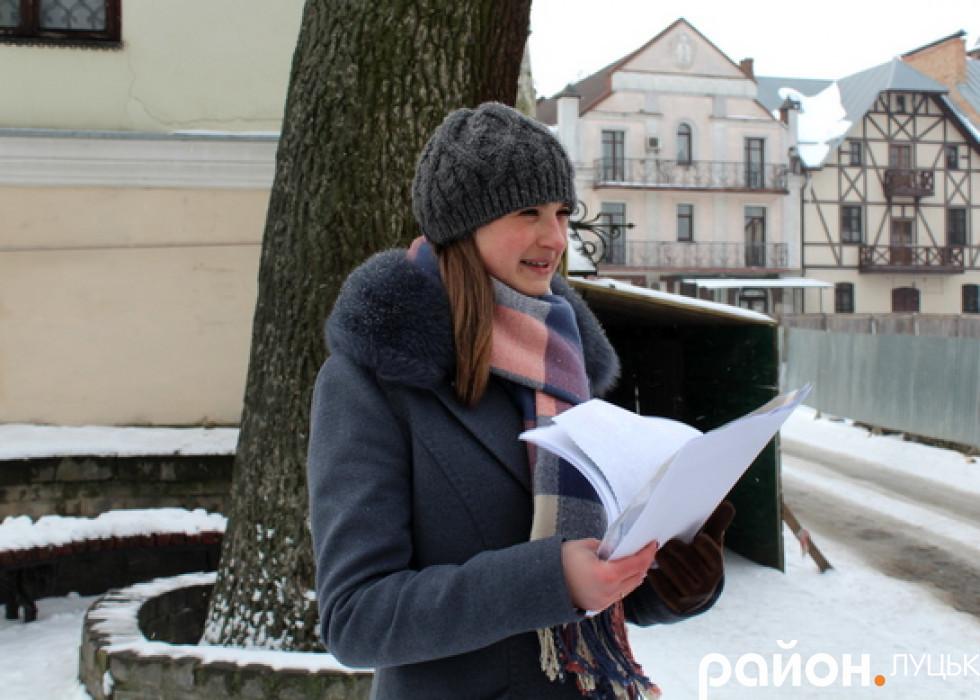 Оксана Штанько біля будинку, де проживали Косачі