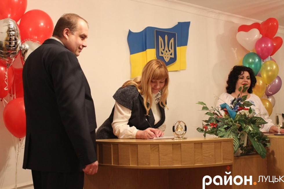 Наречені ставлять підписи на першому спільному документі їх сім'ї