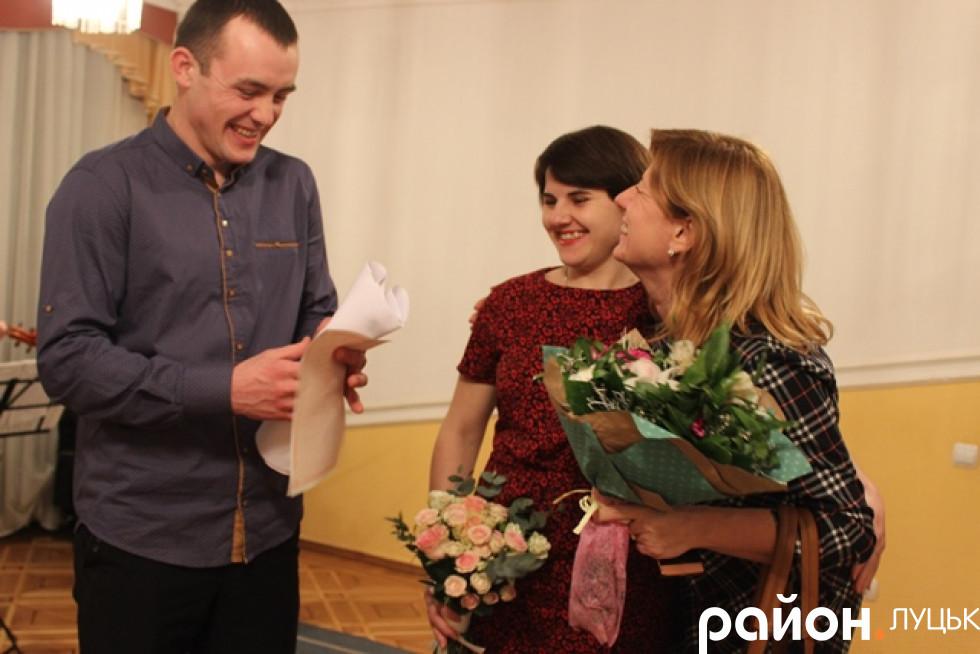 Щасливих наречених вітають гості
