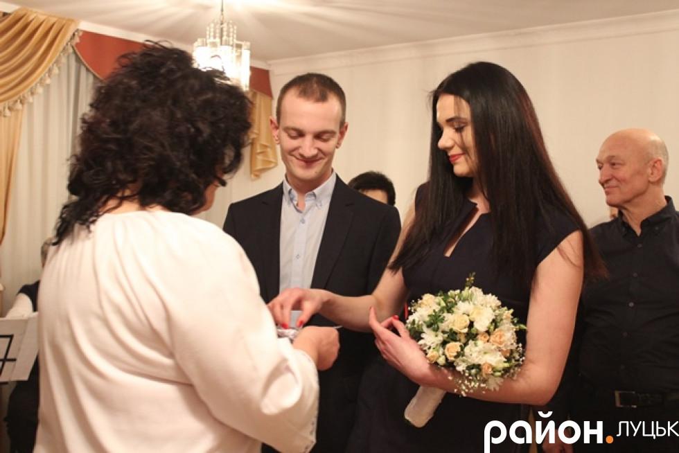 Ведуча церемонії пані Людмила робить наречених подружжям