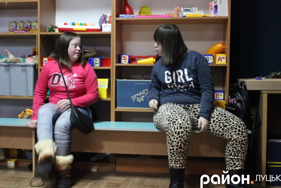 Оксана і Яна жартома сперечаються про те, хто танцюватиме з Дімою