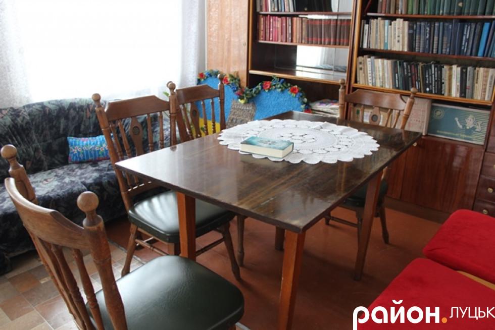 А ще можна почитати книжки на вишуканих старих стільцях