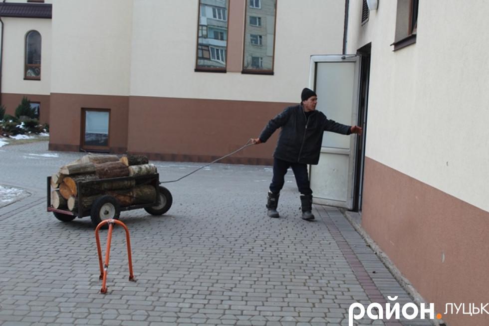 Володимир вже кілька років тут ночує, і часом допомагає по господарству