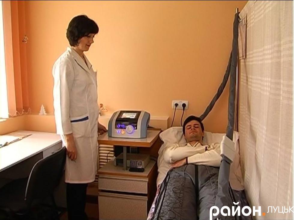 Лікарка поряд із пацієнтом