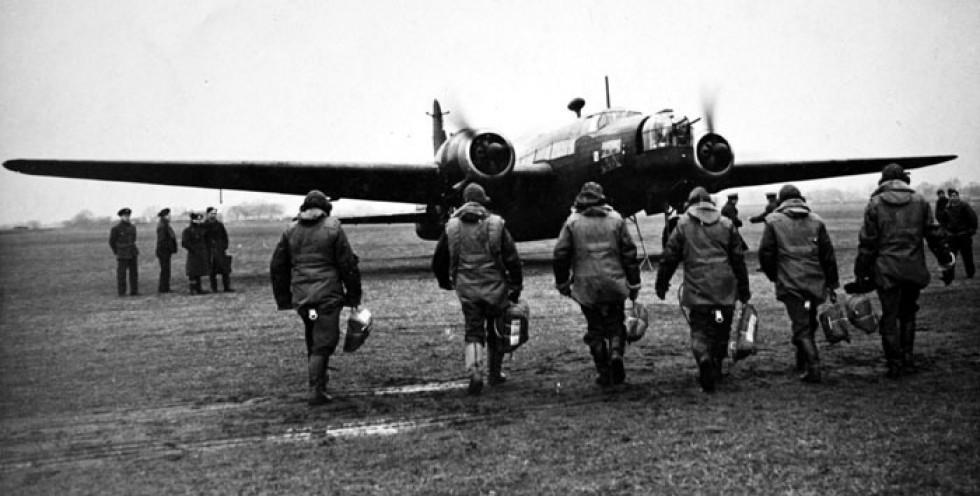 Екіпаж 300 бомбардувального дивізіону іде до «Веллінгтона»