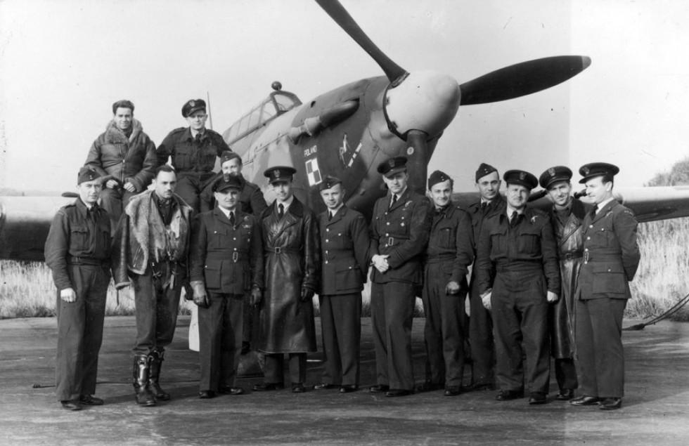 Пілоти 309 винищувальної ескадрильї з старим командиром Є.Голко (четвертий зліва) та новим А.Гловацьким на фоні винищувача «Харрикейн ІІС». Вересень 1944 року