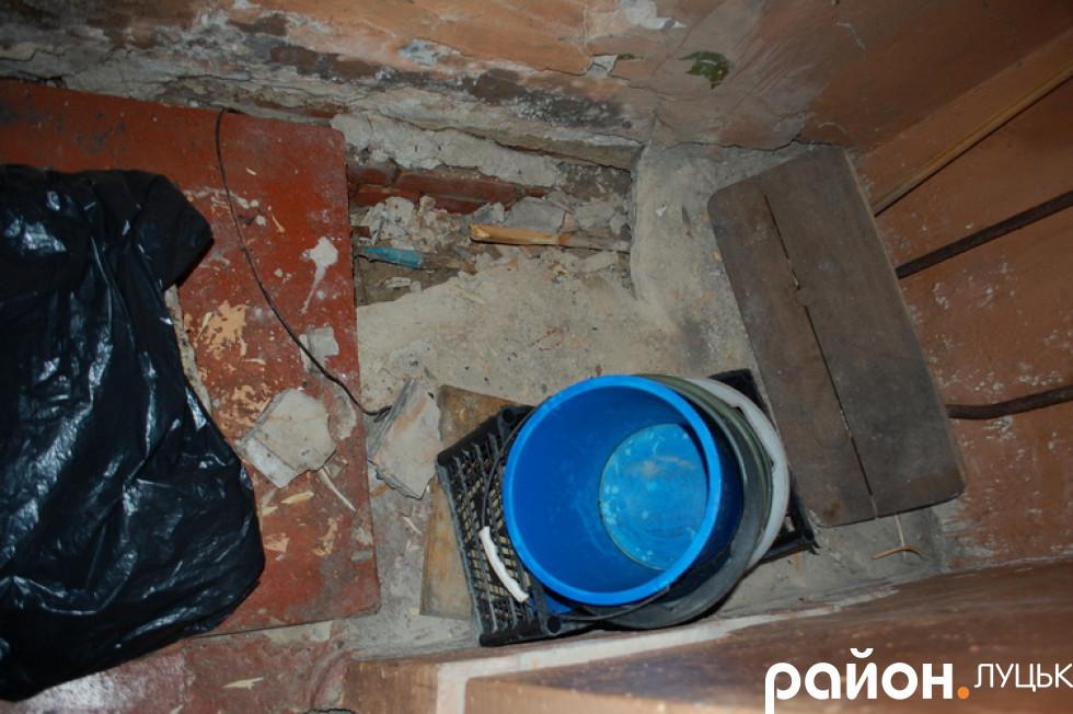 Колись тут була каналізація, а зараз на цьому місці постійно відчувається нестерпний запах