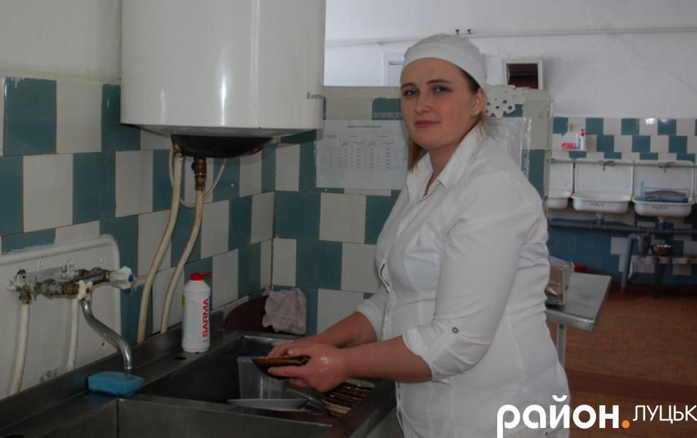 Працівниця на кухні в школі села Лище
