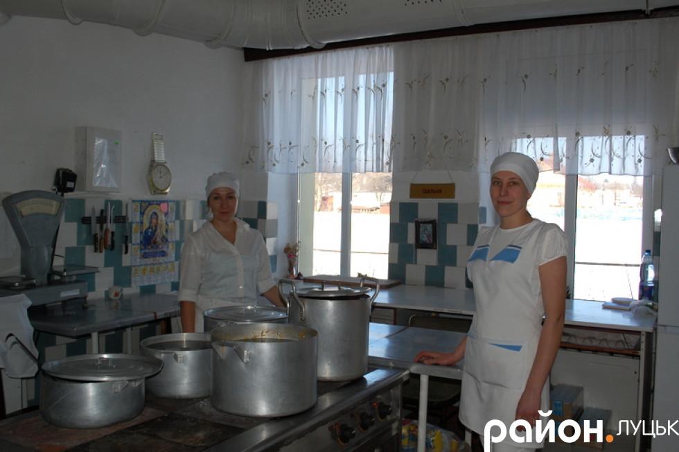 Дівчата, які куховарять для учнів лищенської школи