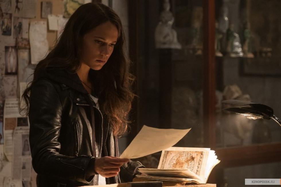 Лара знаходить головоломку від батька, і відправляється на його пошуки