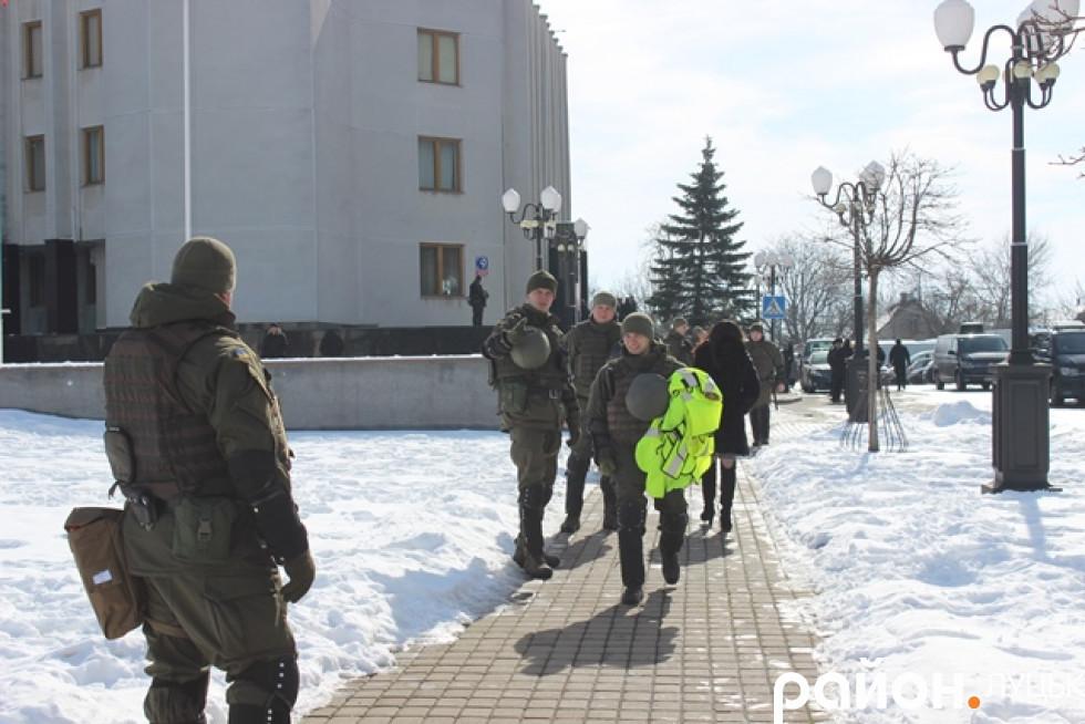 Незвично багато охорони під Волинською ОДА