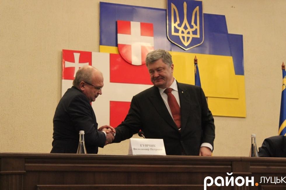 Петро Порошенко дякує Володимиру Гунчику