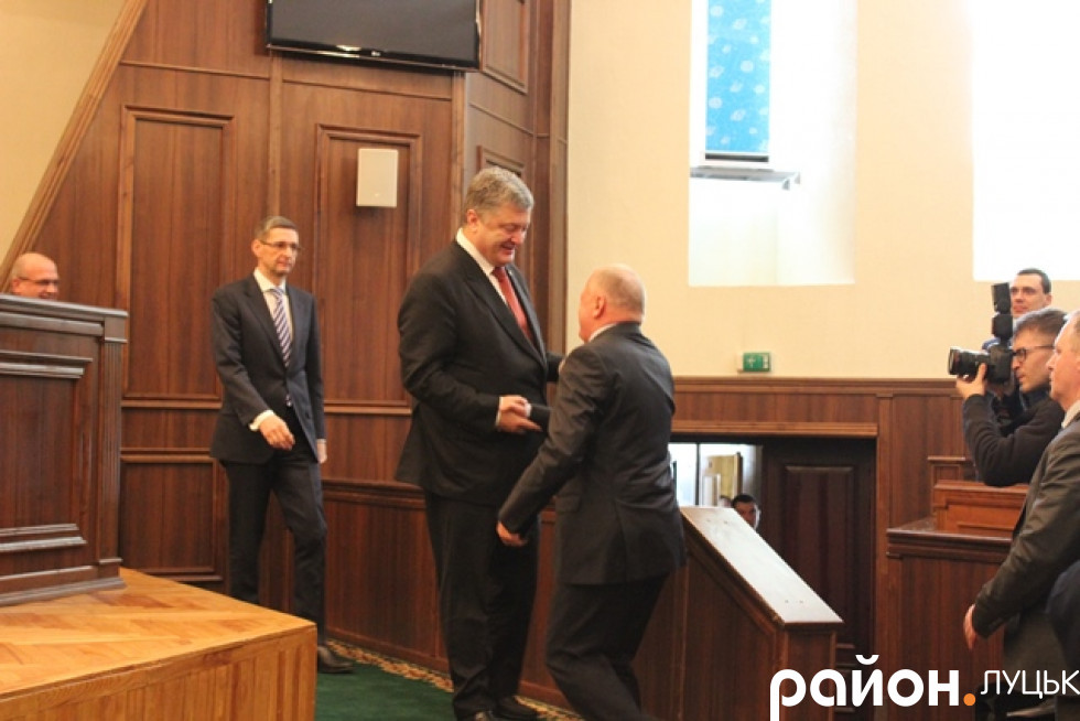 Гаранта на виході перехопив аграрій Валерій Діброва і довго обнімав