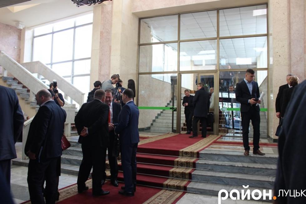Журналісти чекають на Петра Олексійовича біля виходу