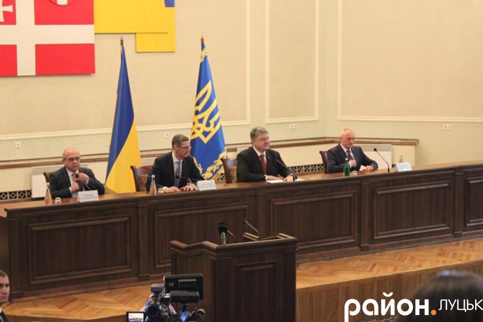 У президії зліва направо: поки-що губернатор, глава Адміністрації Президента, Президент, новий губернатор