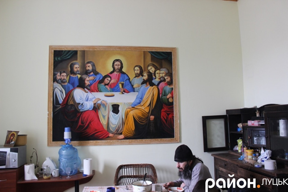 Монахи їдять разом