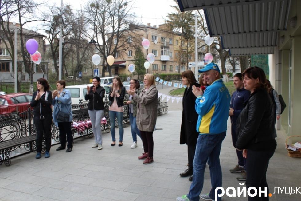 Доки мікроавтобус під'їжджав до обласної ДЮСШ, волейболісток уже зустрічали аплодисментами