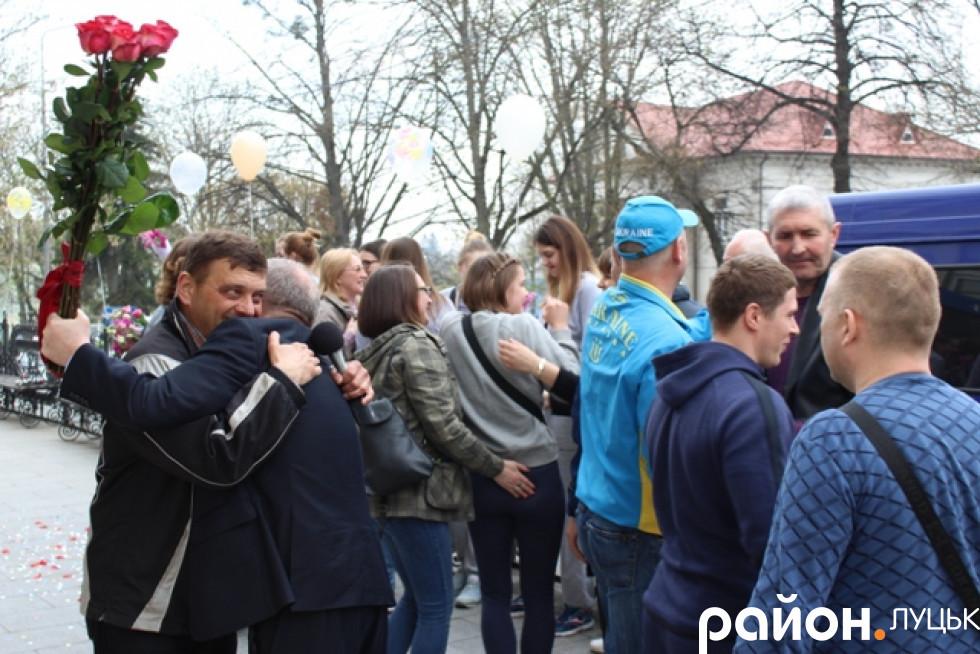 Богуслав Галицький приймає вітання від Юрія Яцюка - символічно, що «срібло» чемпіонату дівчата здобули якраз у День народження останнього