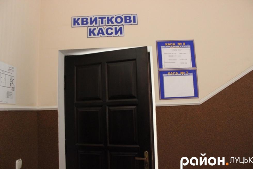 За цими дверима на другому поверсі - додаткові каси