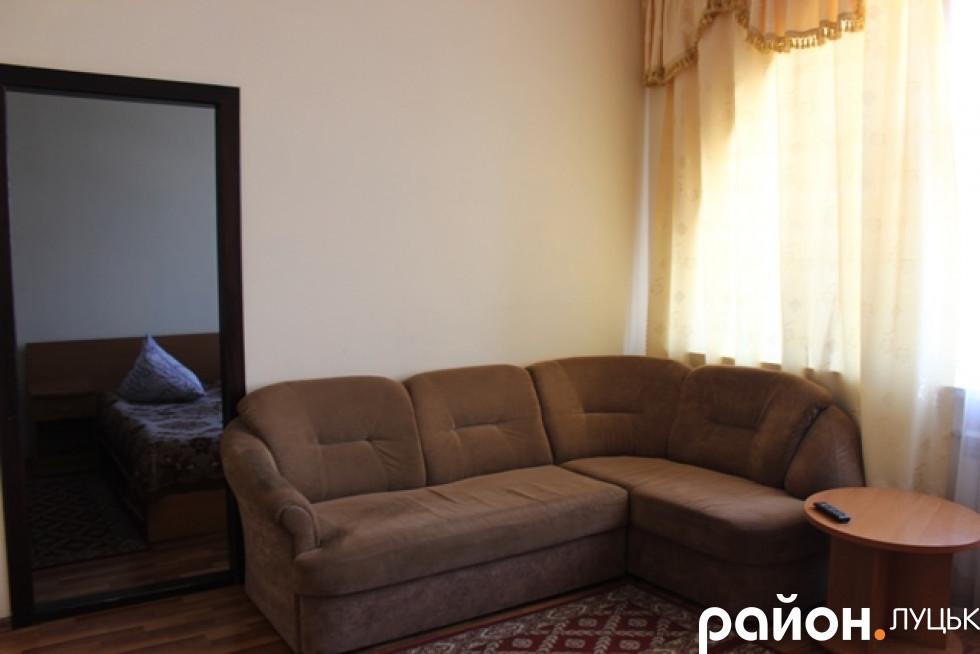 Тут є диван і телевізор