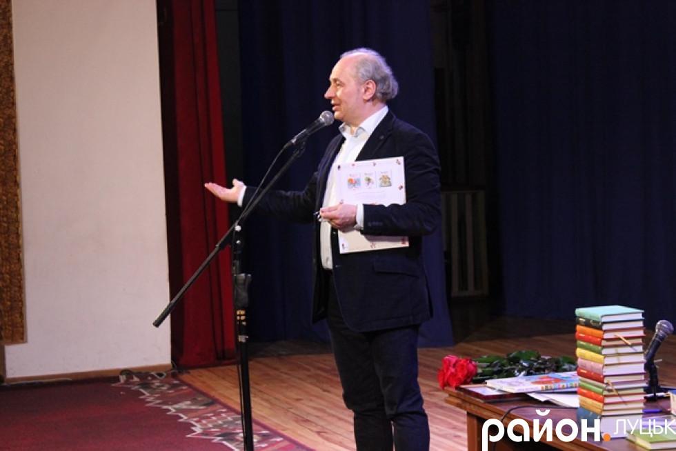 Видавець і поет привіз до Луцька книжки для дітей великих і малих