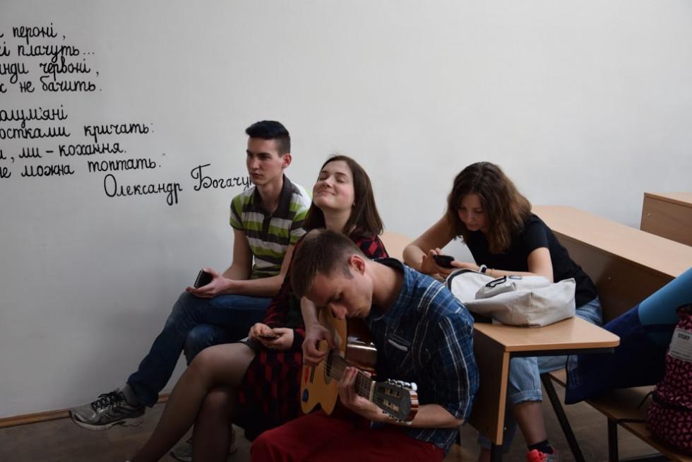 Організатори показали учасникам стіни рідного факультету