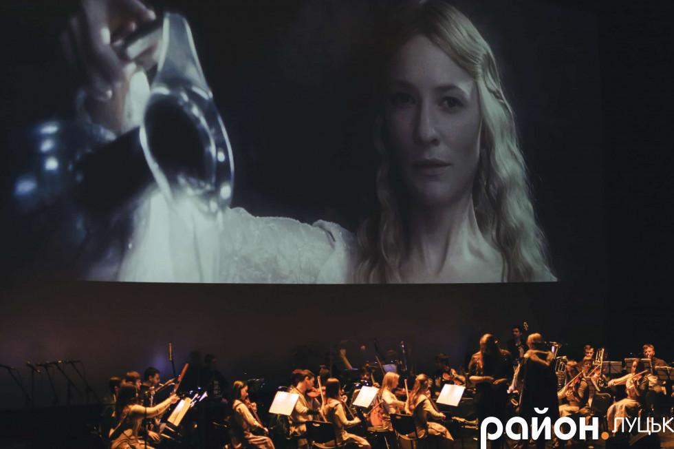 На сцені чи не вперше не музика супроводжувала фільм, а фільм наздоганяв музику
