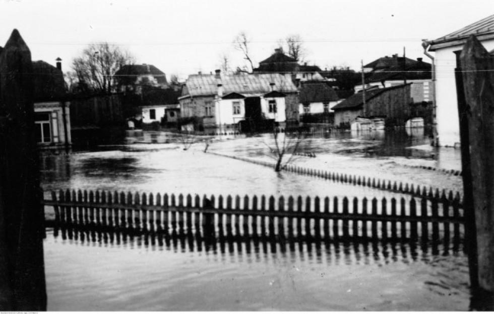 Так розлилась Сапалаївка у квітні 1932 року. Вид на будинок на вул. Ярощука 12 з сучасної вулиці Винниченка