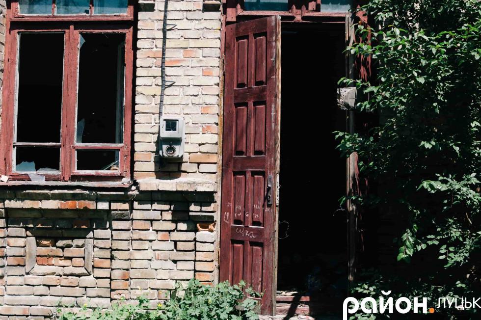 Зламаний замок на дверях дозволяє увійти всередину будь-кому