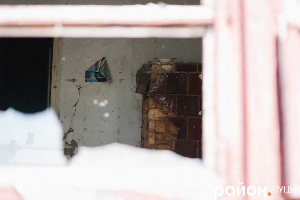 Залишки печі видно з вікна