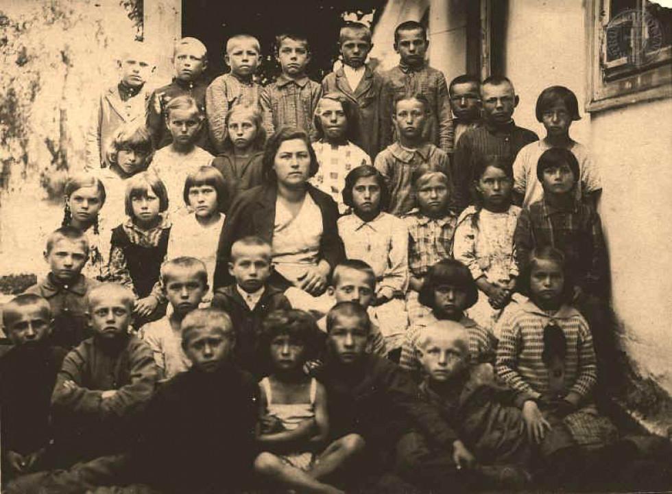 Учні п'ятого класу. Школа в с. Несвіч, 1930-ті роки.