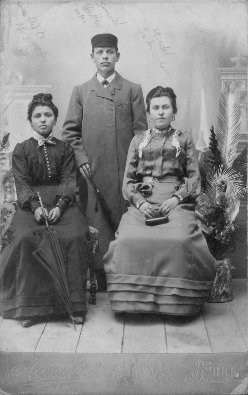 Луцька родина, світлина з фотосалону «Леонард», 1900 р.