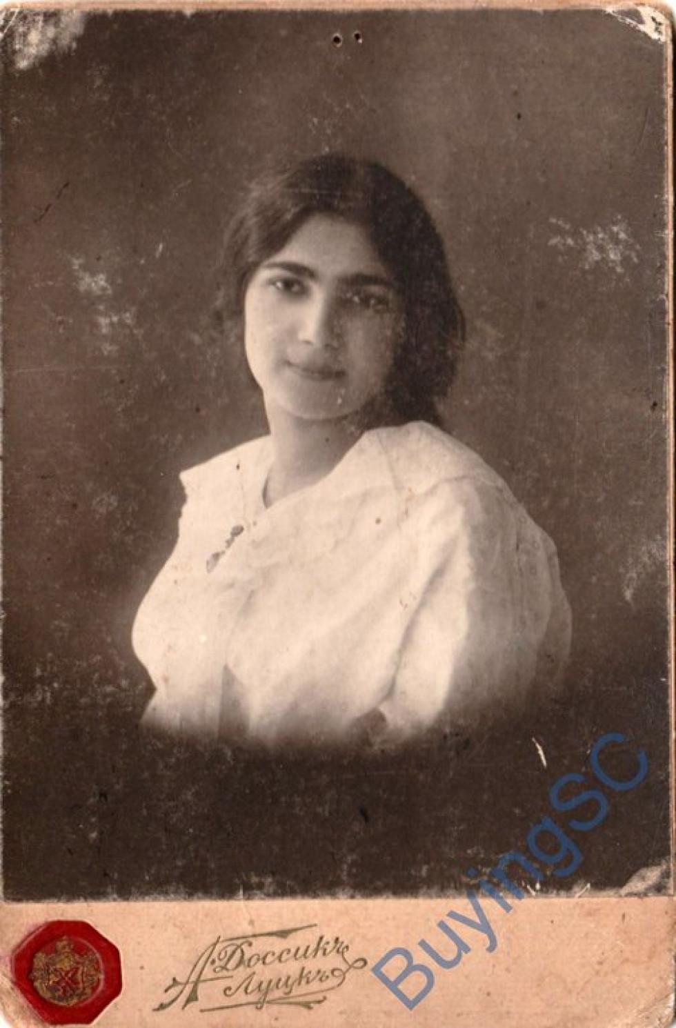 Портрет дівчини. Фотосалон «Доссикь», початок ХХ ст.