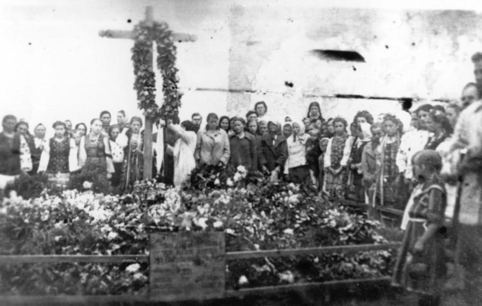Офіційне поховання застрелених в'язнів Луцькою тюрми. Липень 1941 року