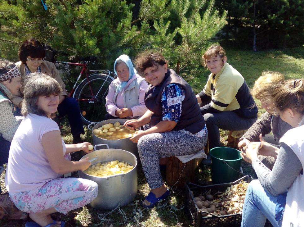 Вихователі чистять картоплю