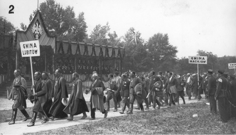 Колона людей під час візиту польського президента
